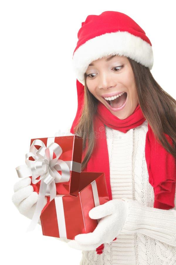 Présent s'ouvrant de femme de cadeau de Noël étonné photographie stock