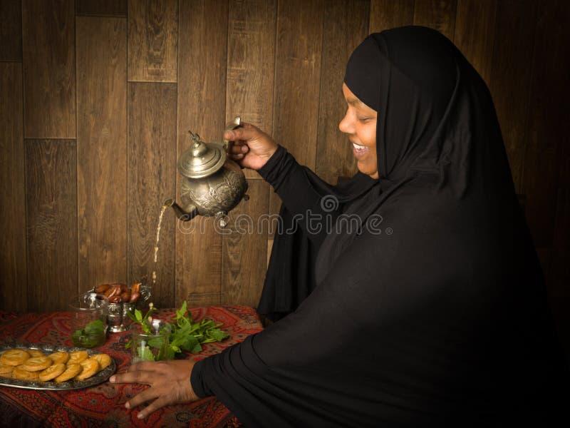 Présentant à thé la manière islamique photos libres de droits