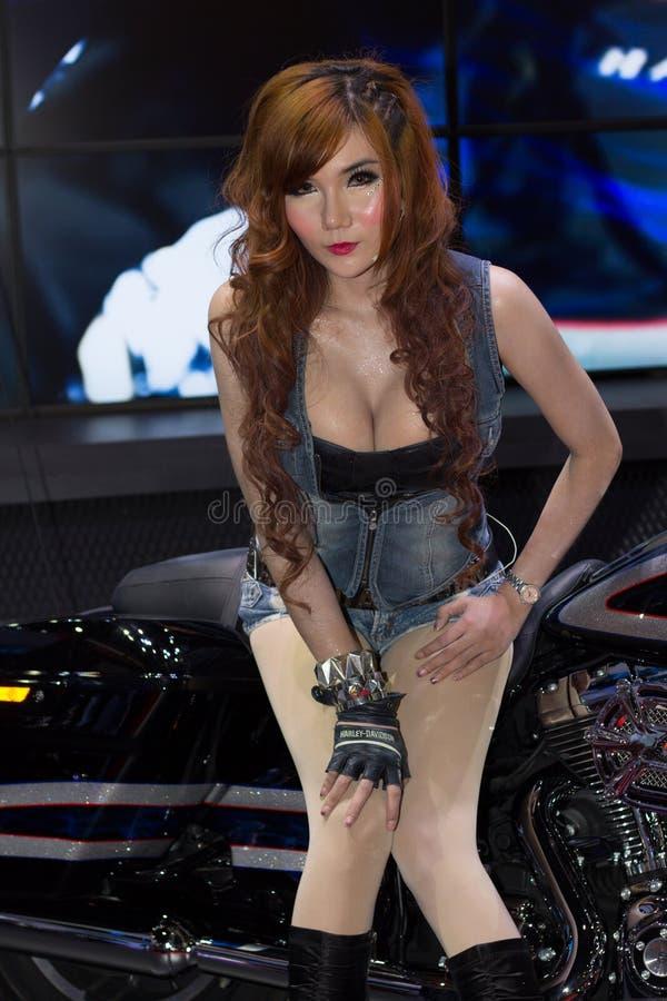 Présentateur féminin non identifié de Harley Davidson dans le Salon de l'Automobile images stock