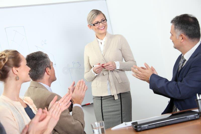 Présentation d'affaires - applaudissements de gens images stock