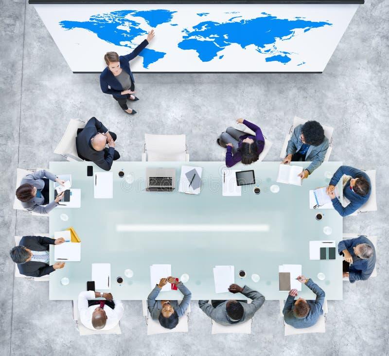 Présentation d'affaires globales dans un bureau contemporain illustration libre de droits