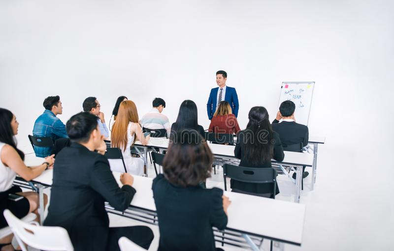 Présentation d'homme d'affaires dans un lieu de réunion de conférence et une assistance du conférencier photographie stock libre de droits