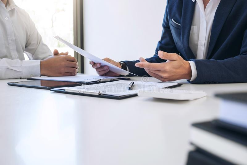 Présentation d'homme d'agent et détail de consultation d'assurance auto au client et attente de sa réponse à la finition images stock