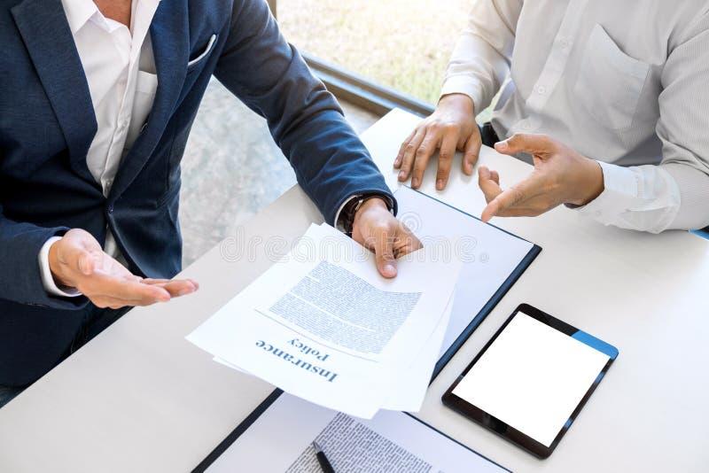 Présentation d'homme d'agent et détail de consultation d'assurance auto au Cu image libre de droits
