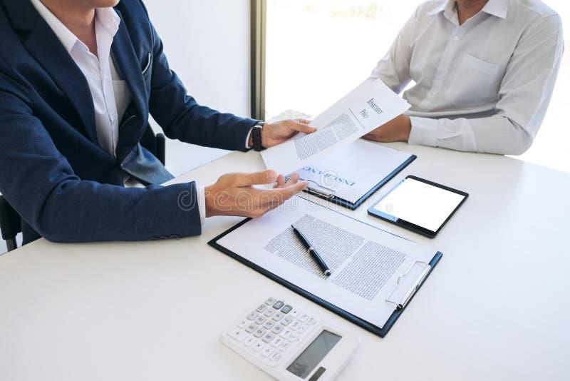 Présentation d'homme d'agent et détail de consultation d'assurance auto au Cu photos stock