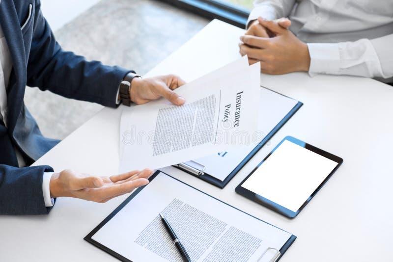 Présentation d'homme d'agent et détail de consultation d'assurance auto au Cu images libres de droits