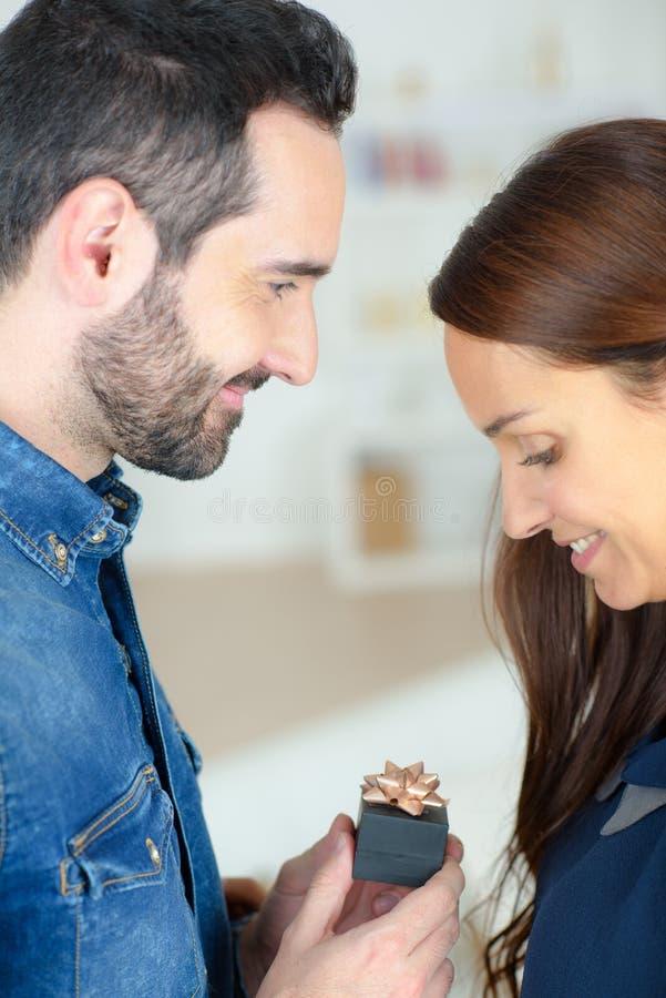 Présentation d'une bague de fiançailles photo stock