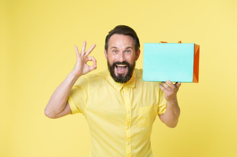 Présentation de votre produit panier de prise d'homme et produit heureux de présentation copiez le jeu de l'espace pour présenter images stock