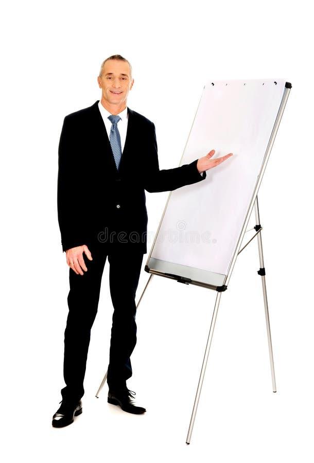 Présentation exécutive masculine sur le tableau de conférence photos libres de droits