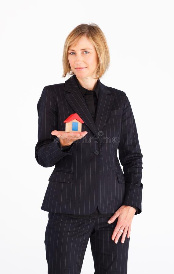 présentation modèle de maison de femme d'affaires photo stock