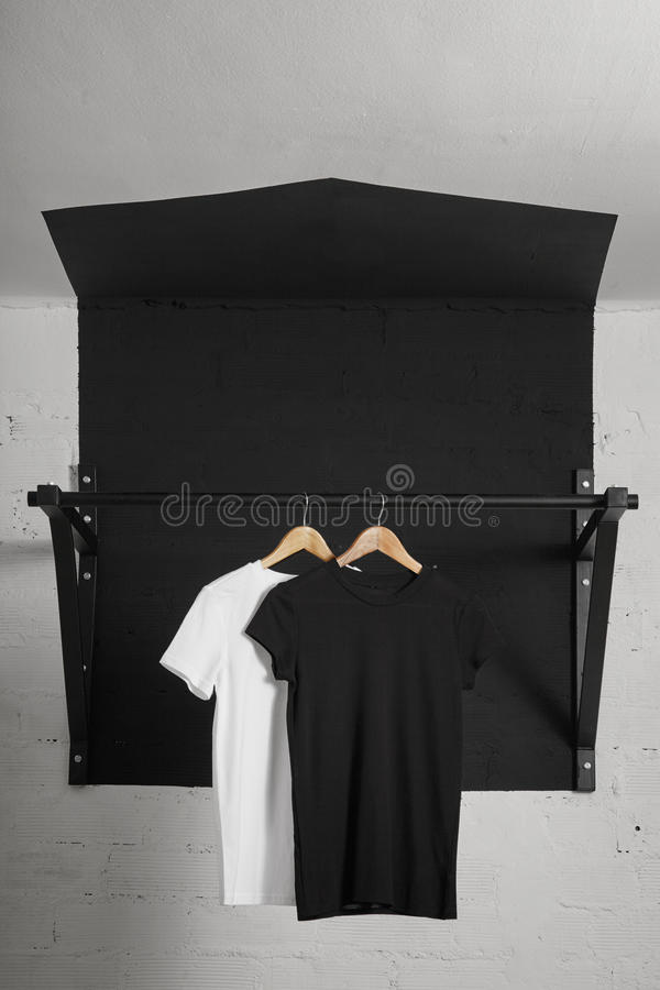 Présentation vide de T-shirts image stock