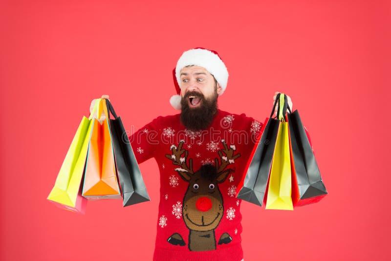 Présentations pour la famille Le Père Noël arrive Sacs de magasinage à la hanche à oreilles Paquets avec cadeaux Un homme heureux image libre de droits