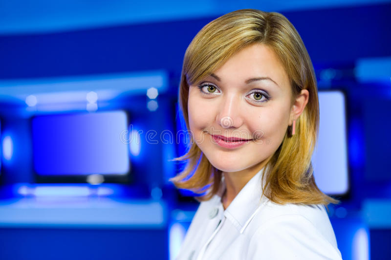 Présentatrice de télévision au studio de TV photographie stock