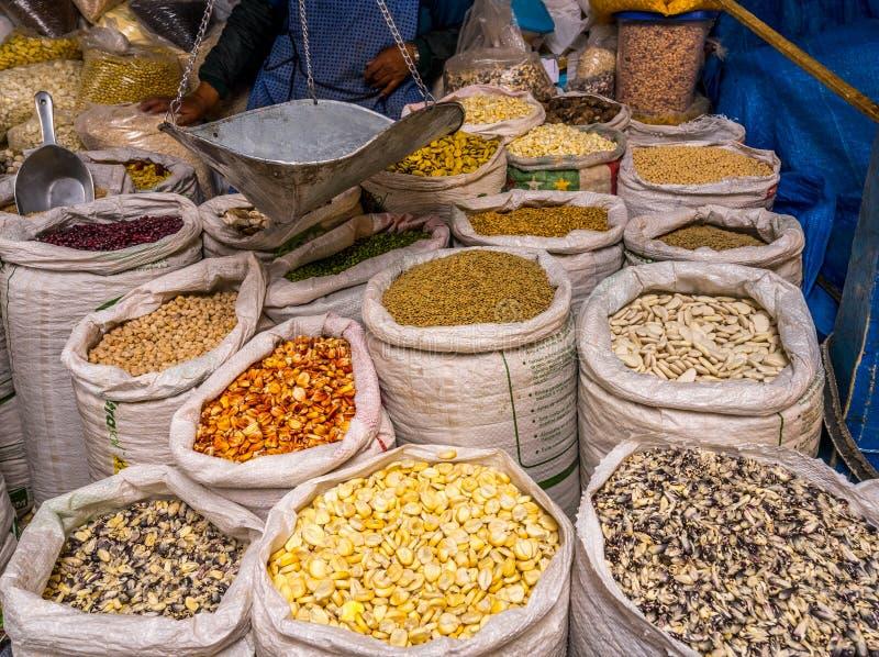 Présenter sur le marché péruvien des produits agricoles locaux photos libres de droits