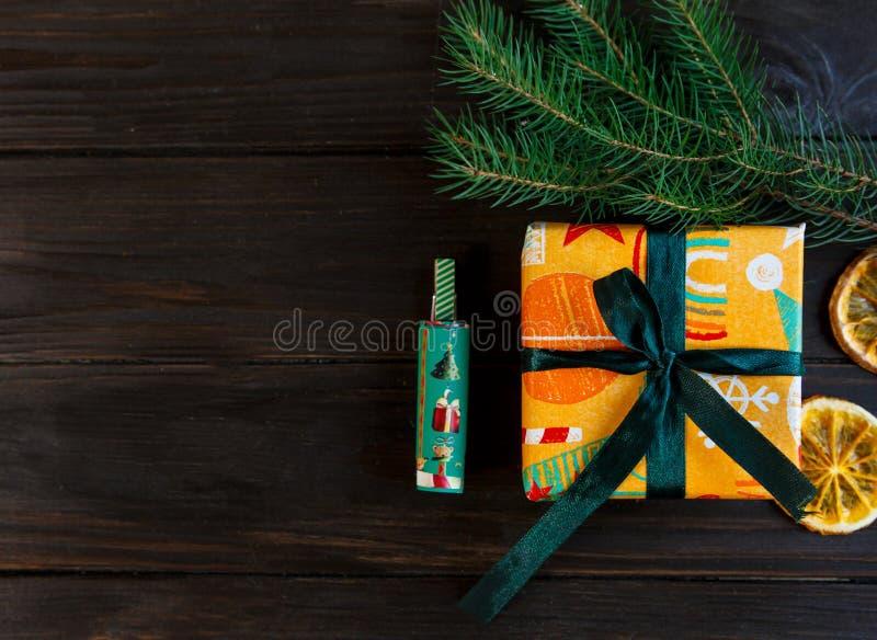 Présents en Livre vert orange et sur le fond en bois pour les amis et la famille achat, nouvelle année et concept de Noël image stock