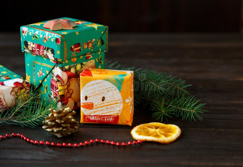 Présents en Livre vert orange et sur le fond en bois pour les amis et la famille achat, nouvelle année et concept de Noël photos libres de droits