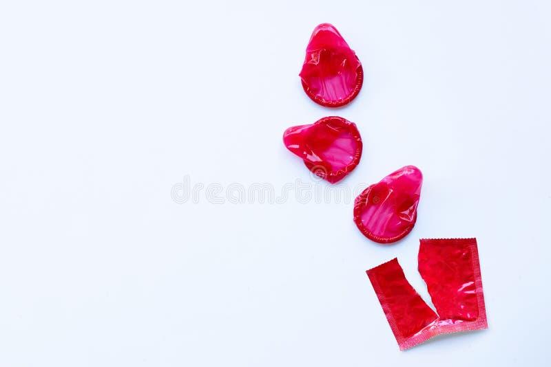 Préservatif rouge sur un fond blanc photos libres de droits