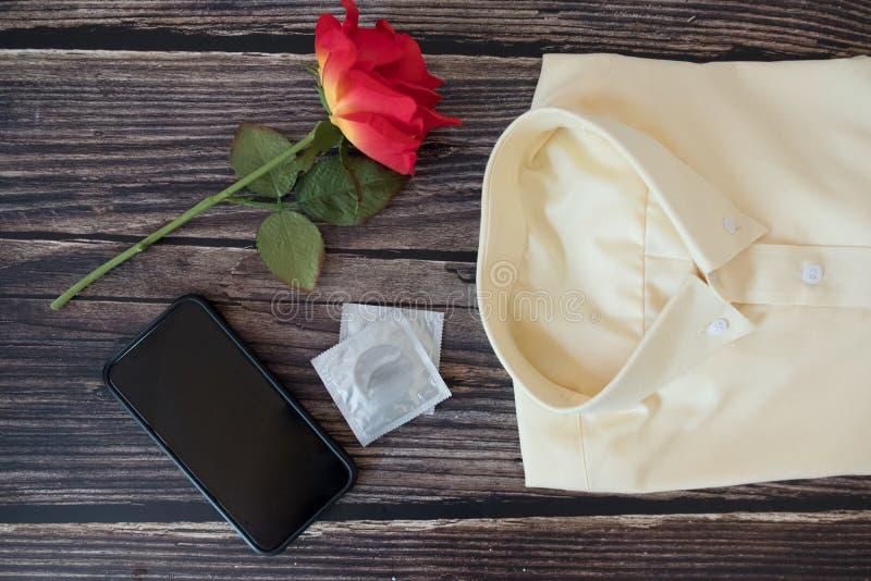 Préservatifs et accessoires d'homme, concept de sexe sûr image stock