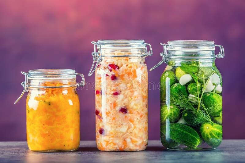 préservation Pots de conserves au vinaigre Pots avec des conserves au vinaigre, immersion de potiron, chou blanc, poivre jaune ro images stock