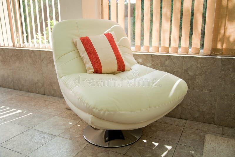 Présidence blanche de sofa avec le coussin image stock