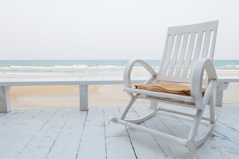 Présidence d'oscillation sur la plage photos stock