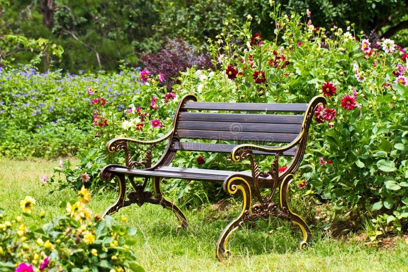 Présidence de jardin en métal photo stock
