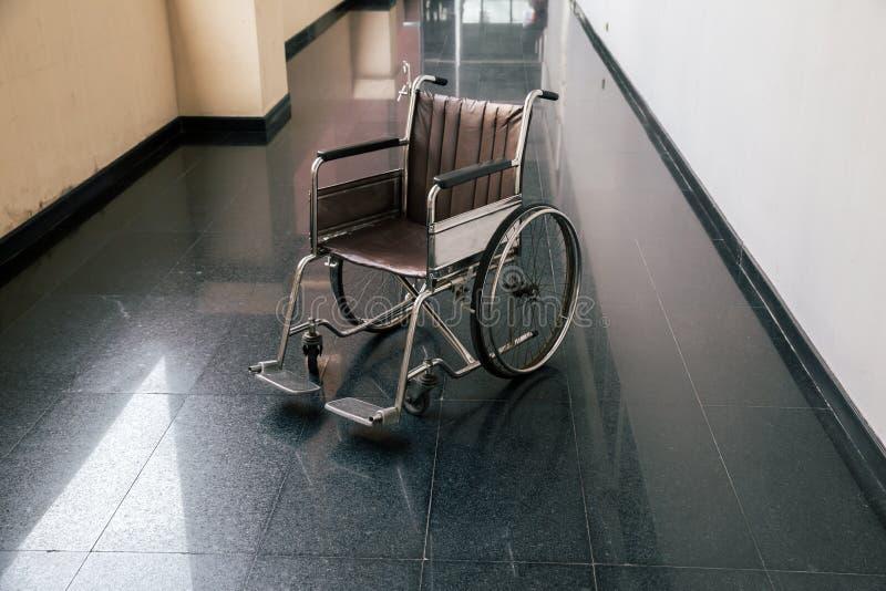 Présidence de roue dans le couloir d'hôpital Salles garées par fauteuil roulant vide d'hospitalisé à l'hôpital photo libre de droits