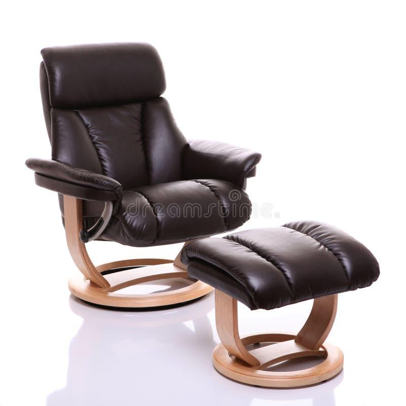Présidence en cuir luxueuse de recliner avec le tabouret photographie stock libre de droits