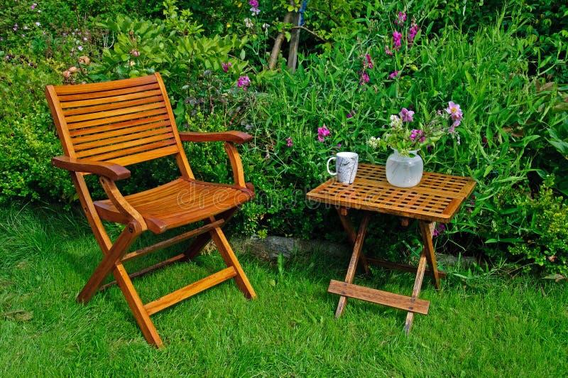 Présidence et table de jardin de bois dur photographie stock libre de droits