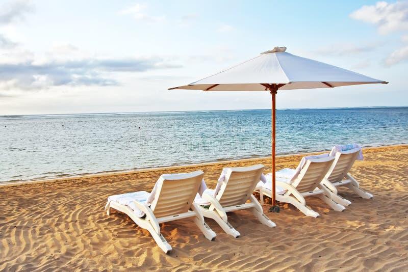 Présidence quatre et parapluie à la plage photos libres de droits