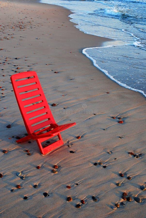 Présidence rouge sur le rivage photo stock