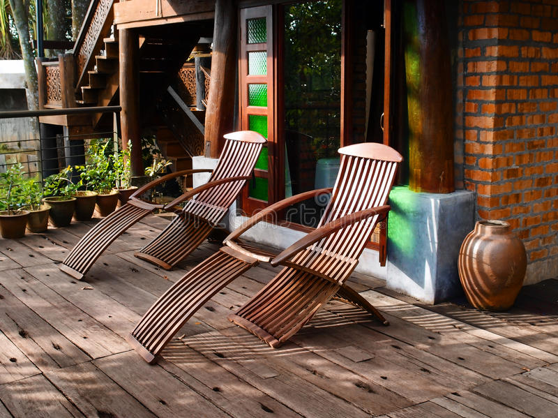 Présidences étendues en bois sur le patio images libres de droits