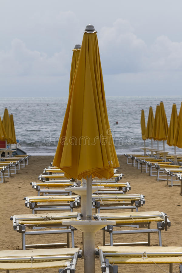 Présidences de paquet sur la plage photo stock