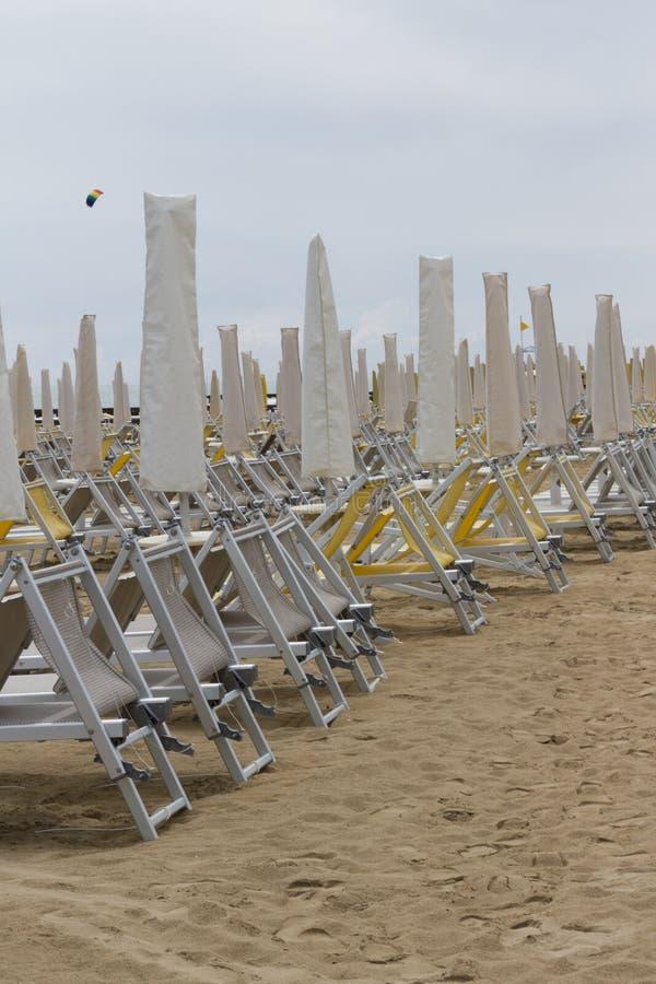 Présidences de paquet sur la plage photos stock