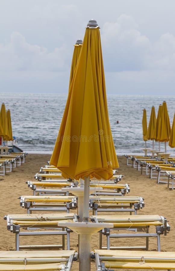 Présidences de paquet sur la plage image stock