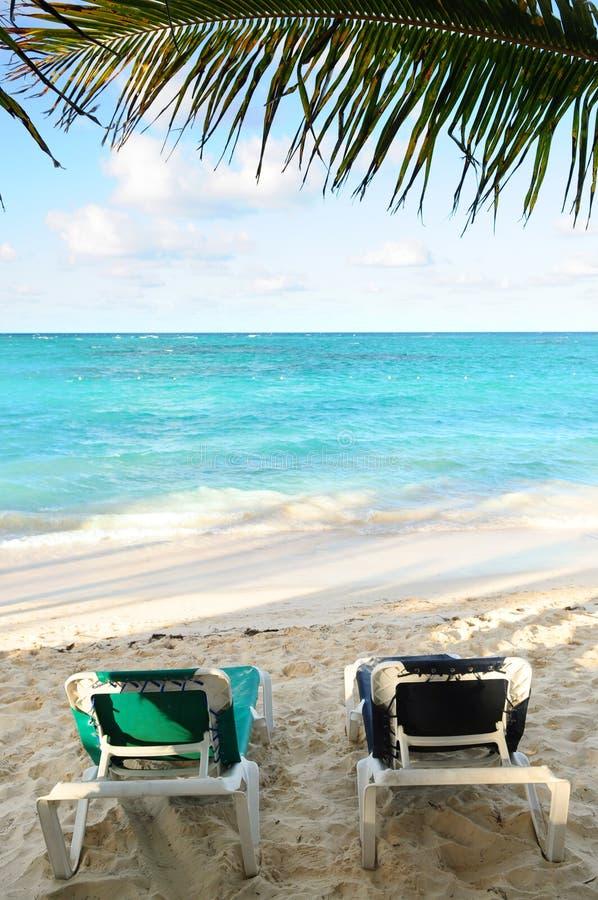 Présidences de plage sur le rivage d'océan image stock