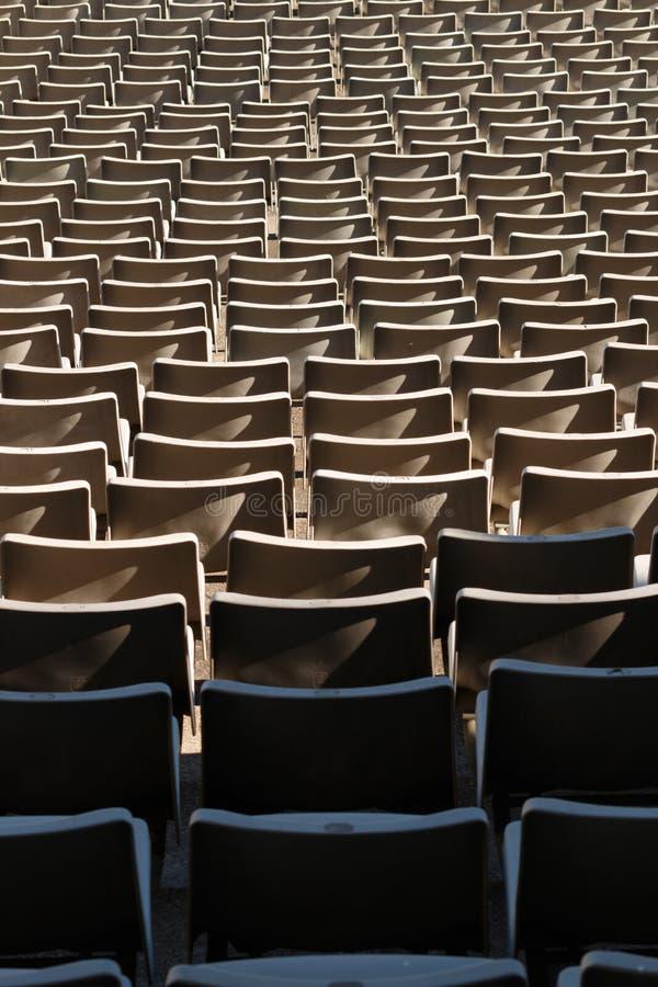 Présidences en plastique vides au stade photo stock