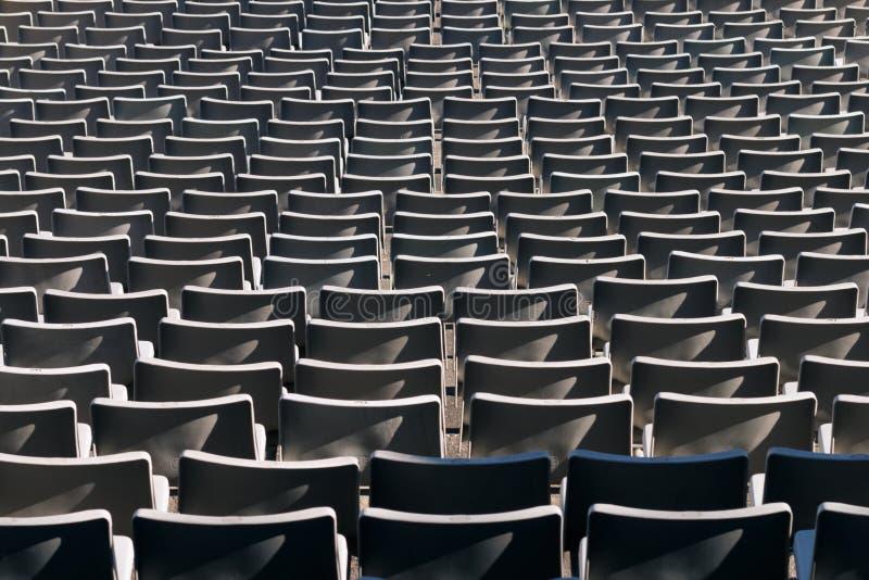 Présidences en plastique vides au stade photographie stock libre de droits