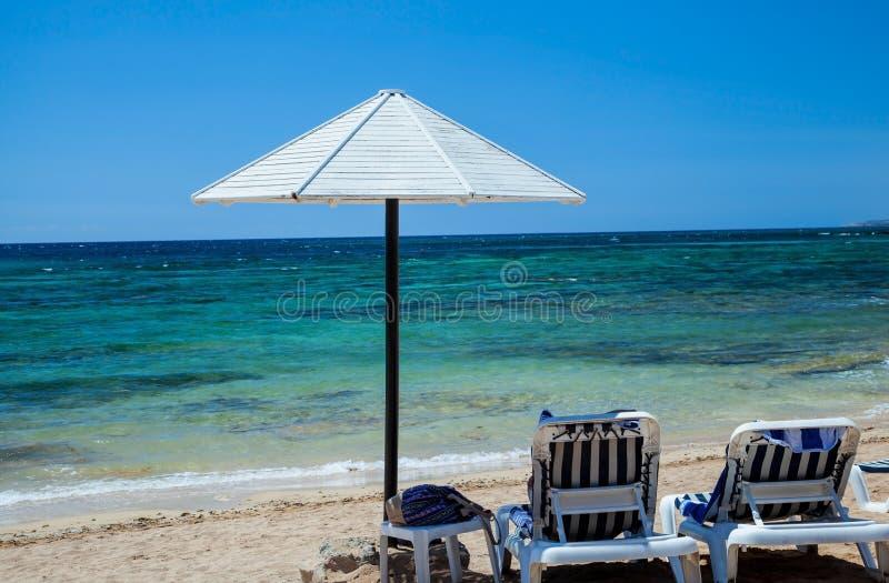 Présidences et parapluie de plage photographie stock