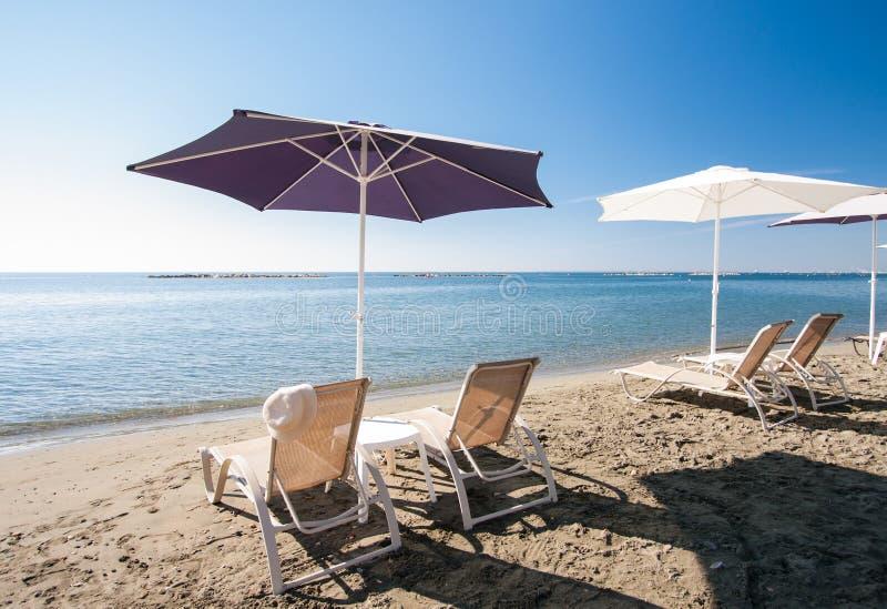 Présidences et parapluies de plage photographie stock libre de droits