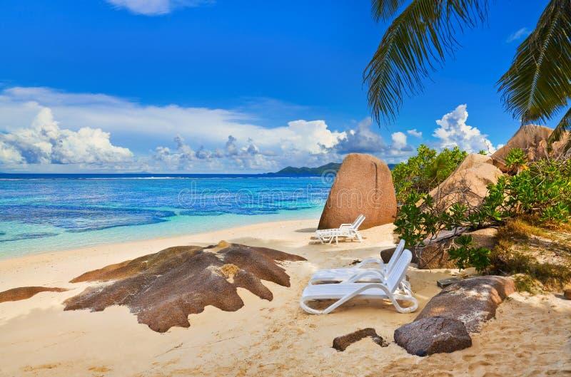 Présidences sur la plage tropicale images stock