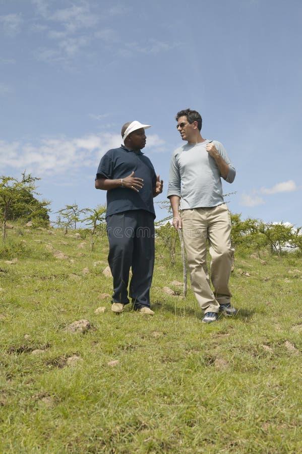 Président de Wayne Pacelle de la société humanitaire des Etats-Unis vérifiant la patrouille anti-snaring en parc national de Tsav images libres de droits