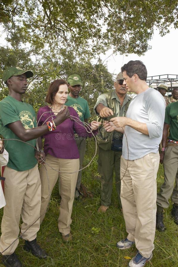 Président de Wayne Pacelle de la société humanitaire des Etats-Unis vérifiant la patrouille anti-snaring en parc national de Tsav photo stock