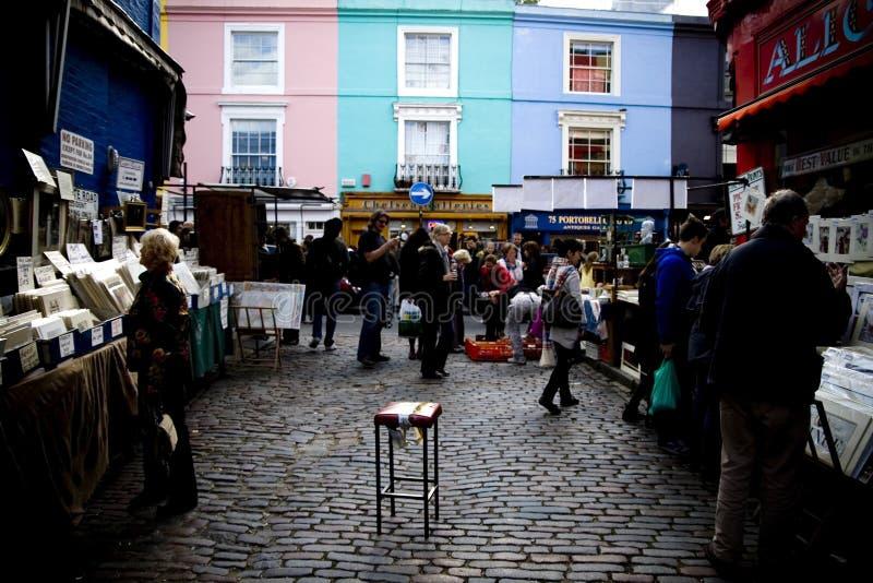 Présidez l'endroit de selles au milieu de la rue pavée en cailloutis sur un marché image libre de droits