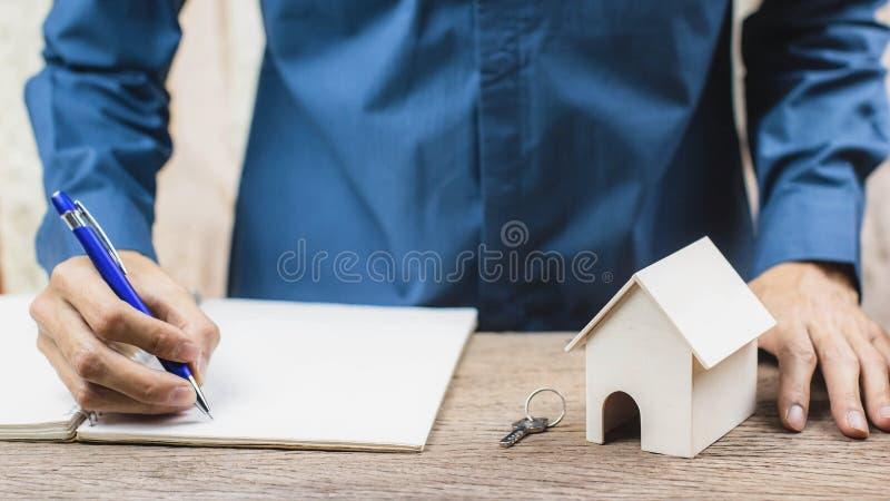 Préstamo hipotecario, concepto reverso de la hipoteca Muestra del agente de la propiedad inmobiliaria el contrato de la certifica fotos de archivo