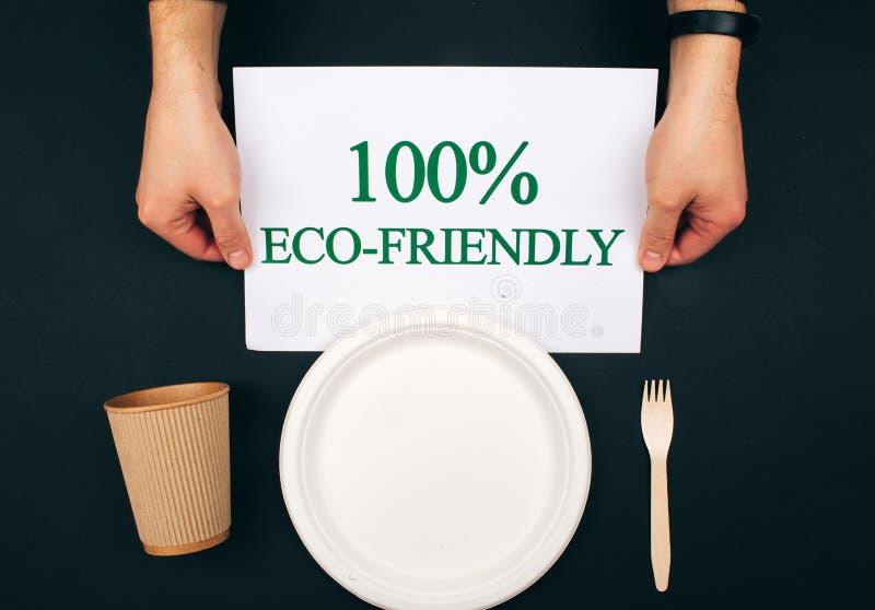 Prévention de la pollution Papier avec le mot qui respecte l'environnement près de la plaque à papier, de la tasse et de la fourc photos stock