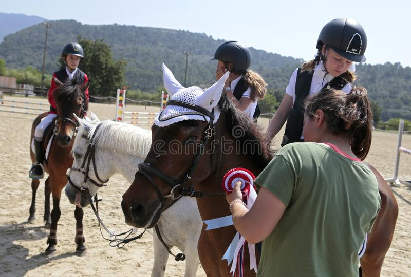 Prêmio que dá para a competição local do cavalo dos cavaleiros novos em mallorca fotografia de stock