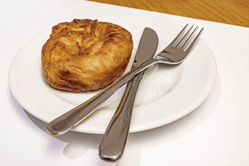Prêt à manger de la pâte de roses turquoise boréale de fromage blanc en assiette blanche avec cuillère et fourchette photo stock