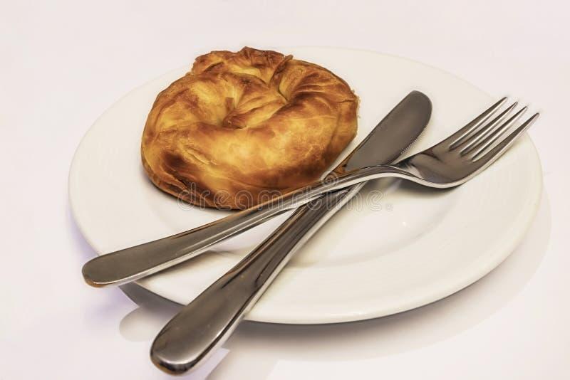 Prêt à manger de la pâte de roses turquoise boréale de fromage blanc en assiette blanche avec cuillère et fourchette photographie stock libre de droits
