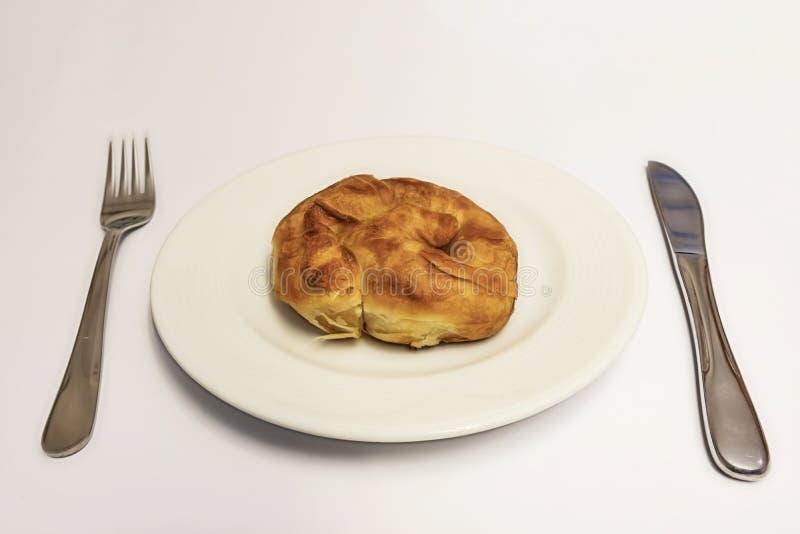 Prêt à manger de la pâte de roses turquoise boréale de fromage blanc en assiette blanche avec cuillère et fourchette photos stock